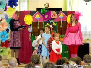 Выступают ученики воскресной школы при Князь-Владимирском храме города Батайска