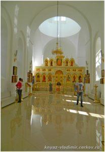 Храм полностью восстановлен, внутри установлен новый иконостас