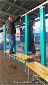 Для установки гибких окон пришлось доработать конструкцию навеса.